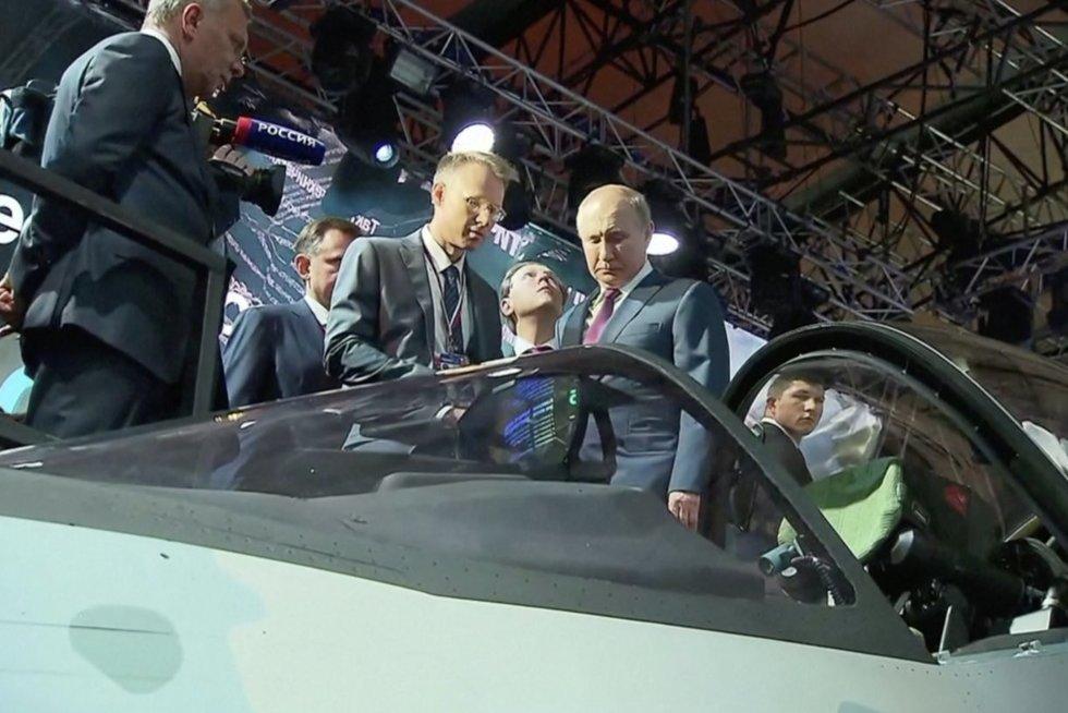 Putinas puikuojasi naujausiu žaisliuku: rusai pristatė naujos kartos naikintuvą (nuotr. stop kadras)