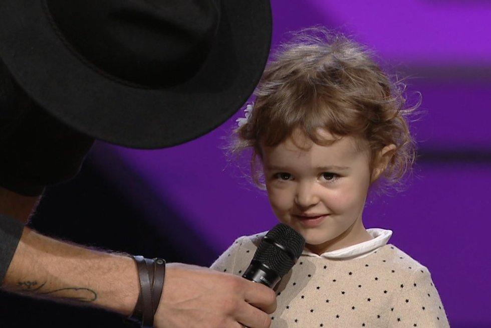 """""""X faktoriaus"""" scenoje – jaudinantis momentas: po pasirodymo į Manto glėbį atbėgo jo dukrytė (nuotr. stop kadras)"""