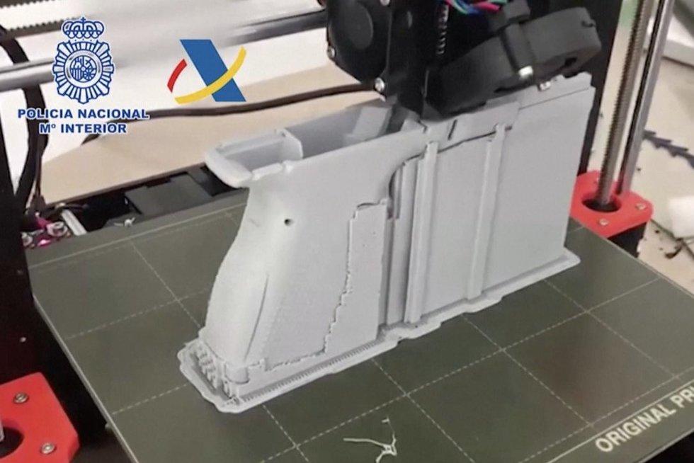 Ispanijoje policija aptiko 3D spausdintuvu pagamintų ginklų fabriką (nuotr. stop kadras)