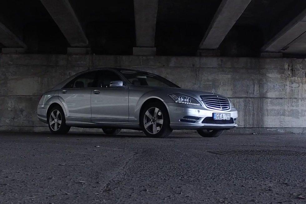 """Autopilotas. Įperkama prabanga ir komfortas: naudoto """"Mercedes-Benz S550"""" apžvalga (nuotr. stop kadras)"""