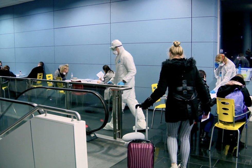 Emigrantai keičia švenčių planus: vieni su ašaromis atsisako grįžti, o kiti už bilietus moka dvigubai (nuotr. stop kadras)
