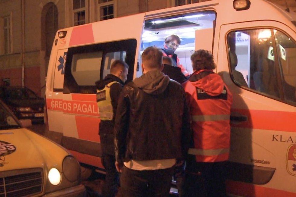 Klaipėdoje – taksisto ir jaunuolių konfliktas: prireikė ir medikų pagalbos (nuotr. stop kadras)