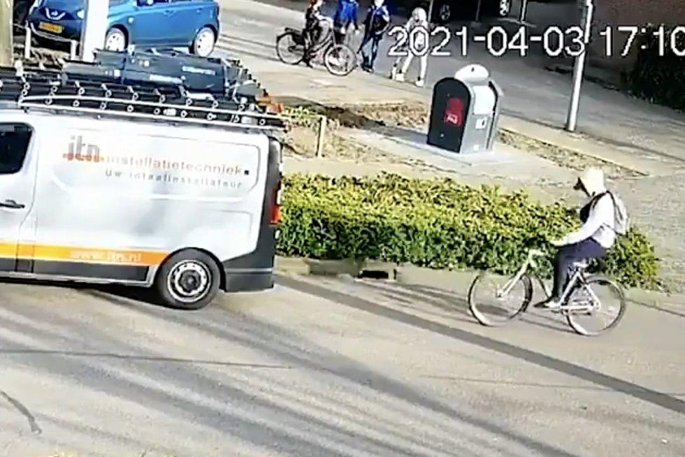 Telefoną maigęs dviratininkas pasigailėjo: veidu rėžėsi į furgoną