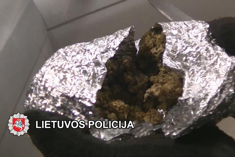 Prieš teismą stos septyni narkotikų platinimu Plungės rajone kaltinami jaunuoliai (nuotr. Lietuvos policija)