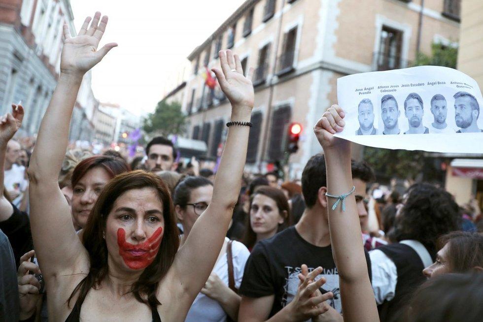 Po išžaginimo ūkstančiai pasipiktinusių ispanų išėjo į gatves. (nuotr. SCANPIX)