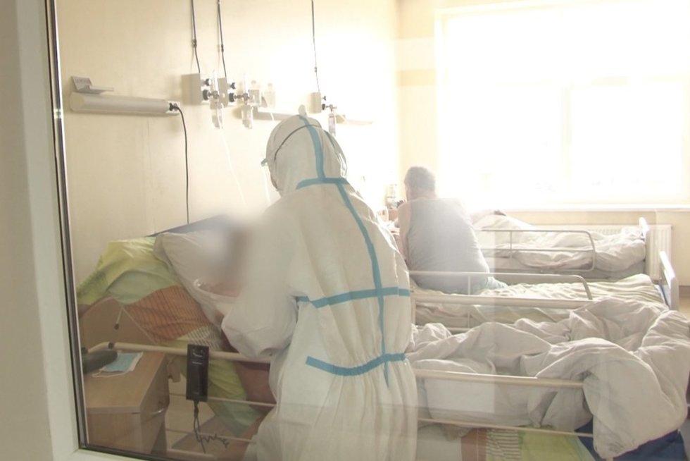 """Trūksta ne tik lovų, bet ir medikų: """"Žmogiškieji išteklių rezervai irgi yra išsekę"""" (nuotr. stop kadras)"""