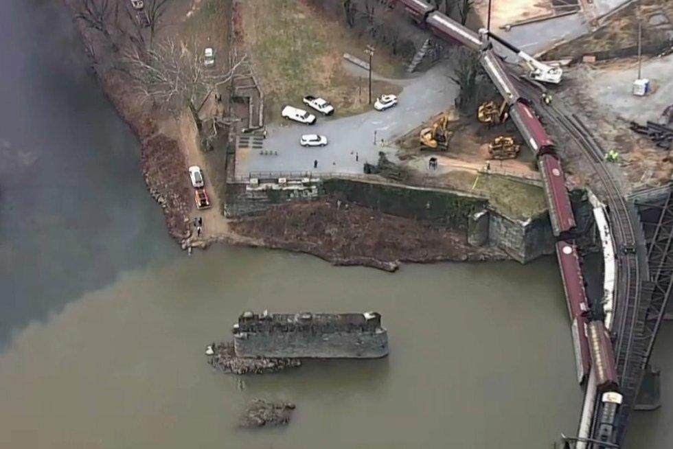 Per žingsnį nuo tragedijos Amerikoje: traukinys atsidūrė upėje (nuotr. stopkadras)