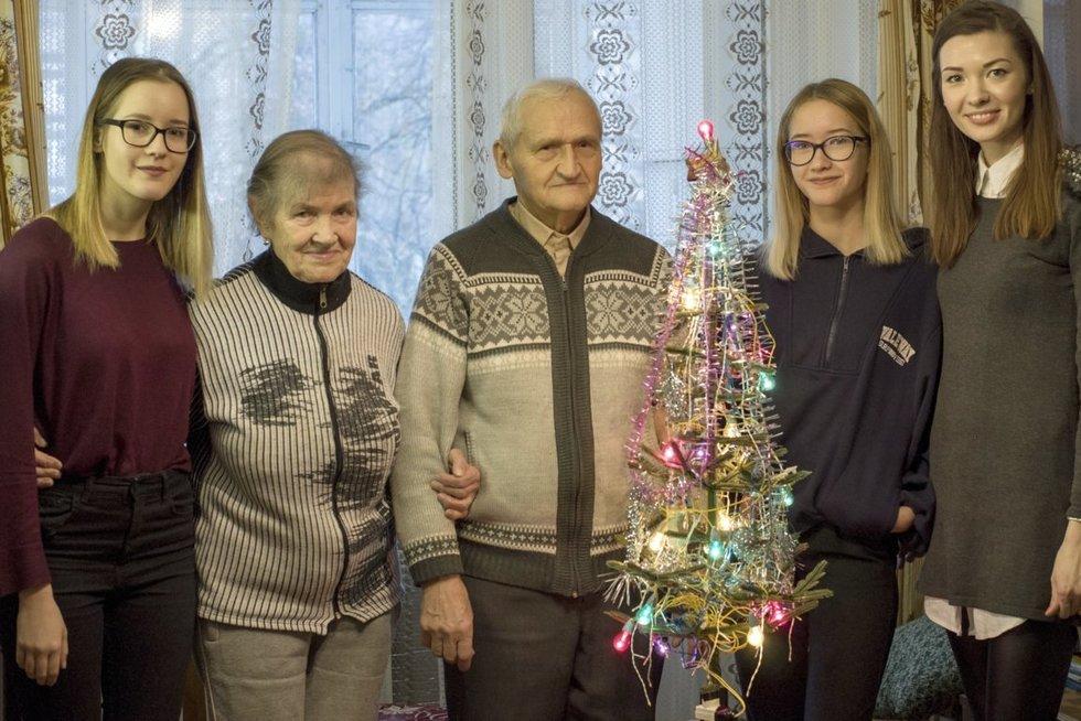 Jonas ir Alina Patackai su trijomis anūkėmis Migle, Aušrine ir Rita. (Nijolės Zenkevičiūtės nuotr.)