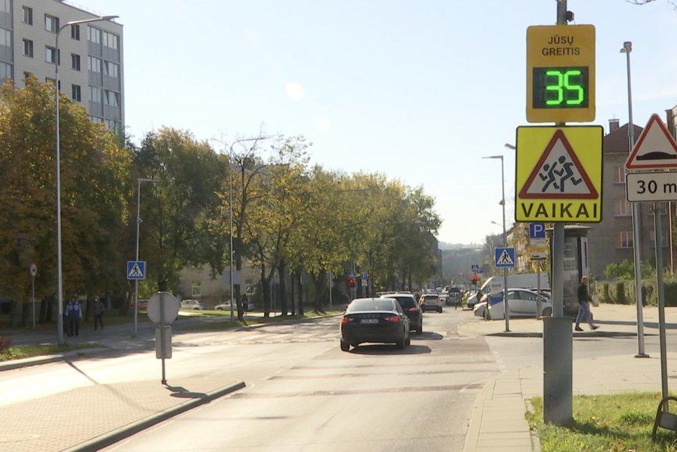 """Kai kuriose zonose miestuose greitis mažės iki 30 km per valandą: """"Visus taip sunervins, kad į stovinčią atsitrenks"""" (nuotr. stop kadras)"""