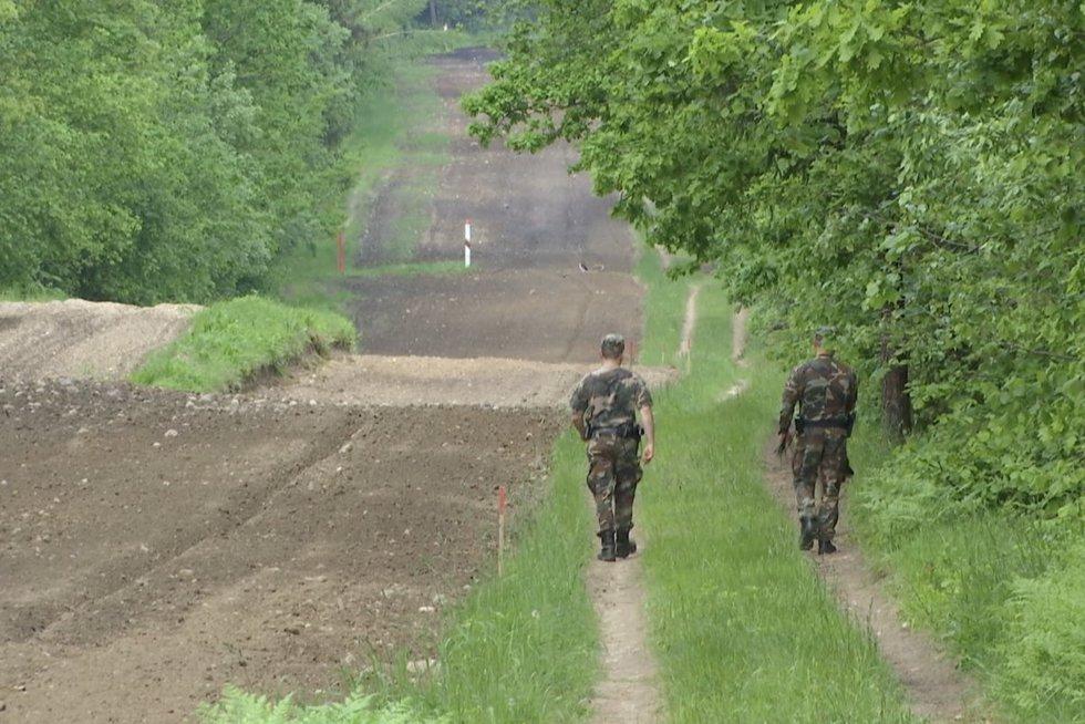 Pasienyje su Baltarusija vyksta netikėti dalykai: filmuoja lietuvių įrangą, kai kuriuos migrantus bando susigrąžinti (nuotr. stop kadras)