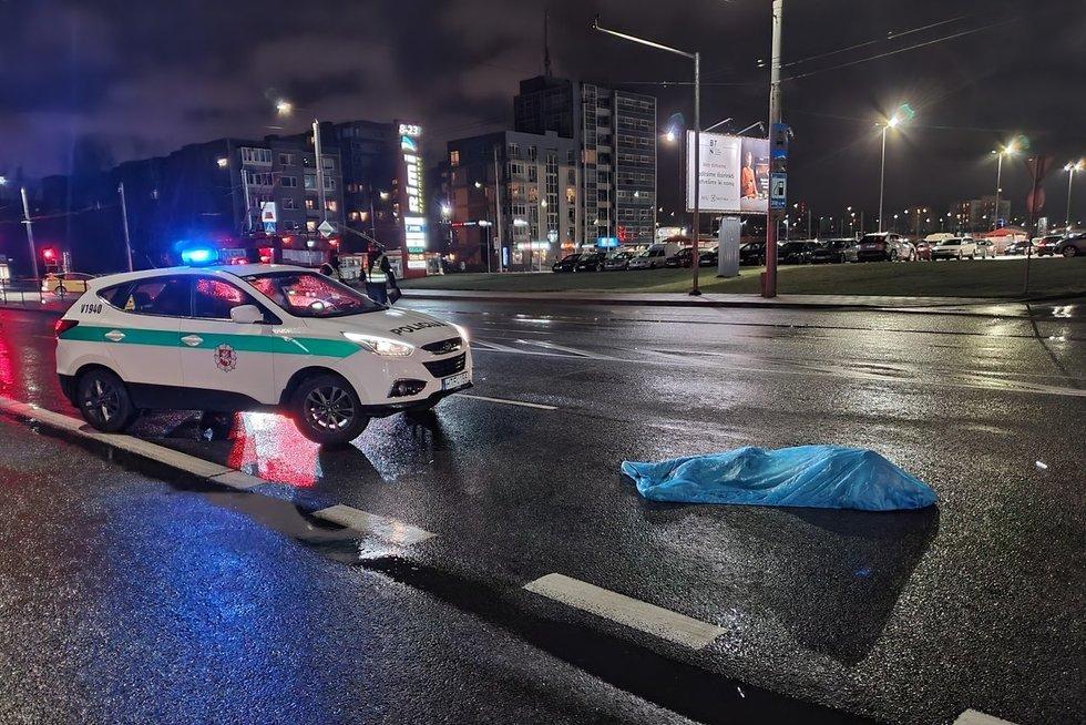 Kruvina nelaimė sostinėje – žuvo automobilio partrenktas jaunuolis (nuotr. Broniaus Jablonsko)