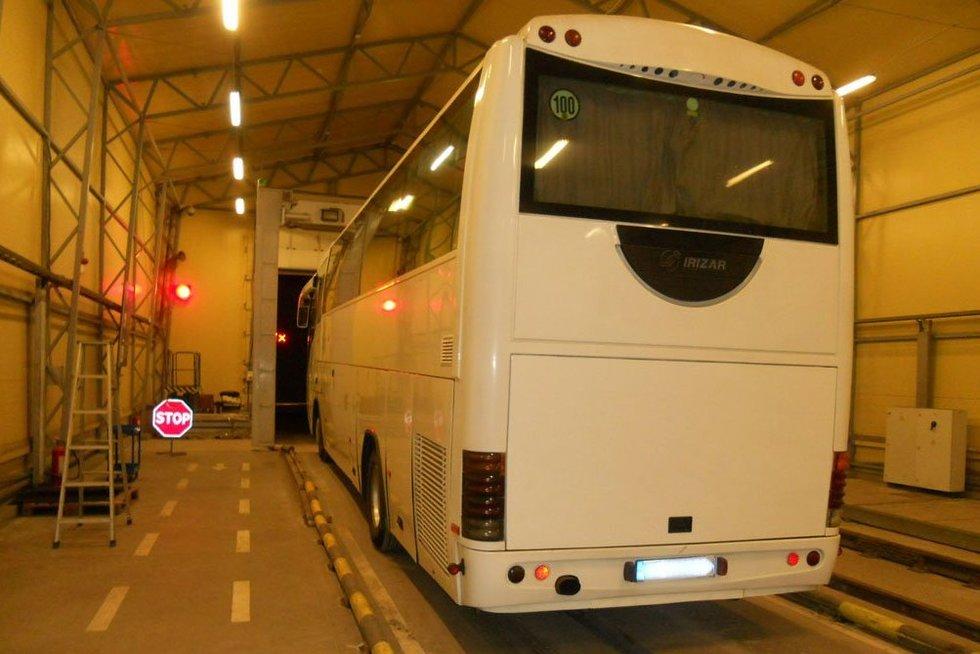 Medininkuose muitininkai sulaikė ir turistinį autobusą, ir krovininį automobilį (nuotr. lrmuitine)