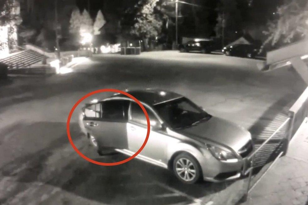 Pamačiusi, kas naktį įsibrovė į jos automobilį, moteris negalėjo patikėti savo akimis (nuotr. stop kadras)