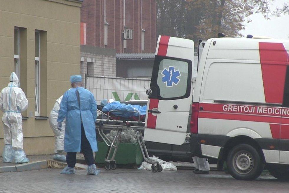 Nesulaukęs pagalbos kaunietis mirėpriimamajame: prie ligoninės durų – gyva pacientų eilė (nuotr. stop kadras)