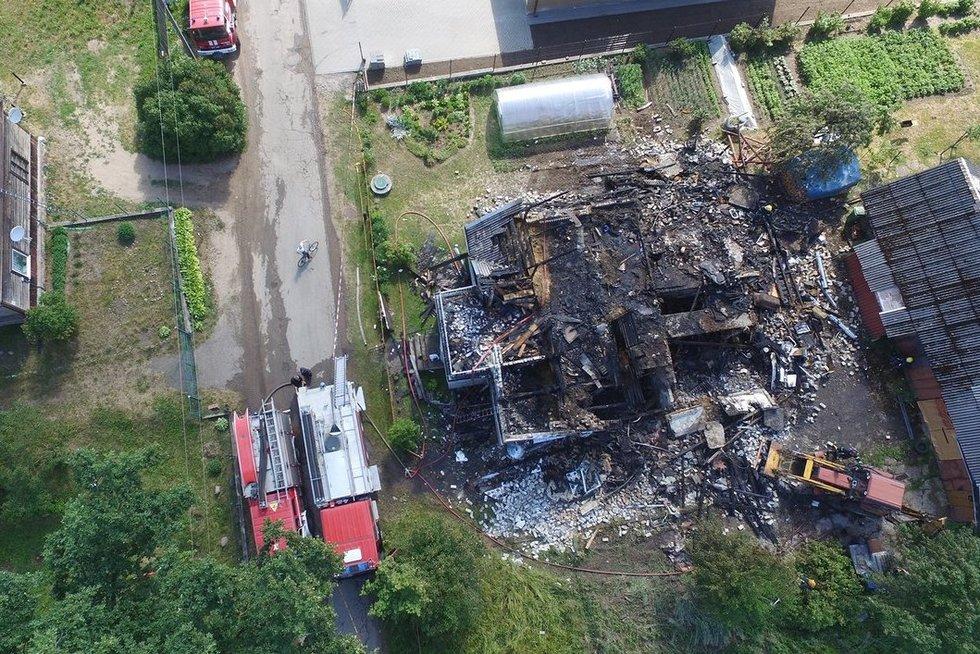 Ugnis ir sprogimas suniokojo namą Lentvaryje nuotr. Broniaus Jablonsko
