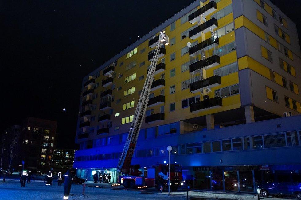 Vilniuje iš daugiabučio nedelsiant evakuojami žmonės: įtrūko pastato siena (nuotr. Broniaus Jablonsko)