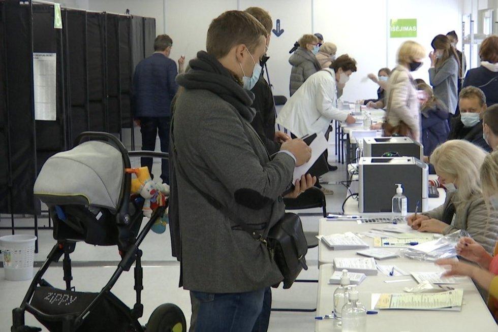 Milžiniškos eilės balsuoti išankstiniuose rinkimuose vienus džiugina, kitus siutina (nuotr. stop kadras)