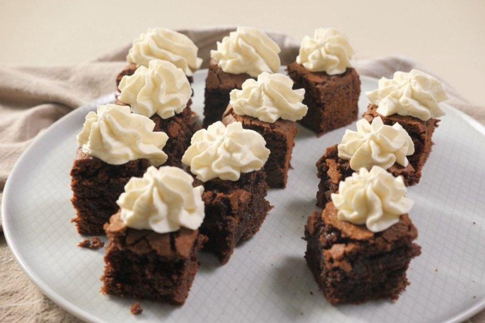 Vieno kąsnio šokoladiniai pyragaičiai su vaniliniu maskarponės kremu (nuotr. stop kadras)