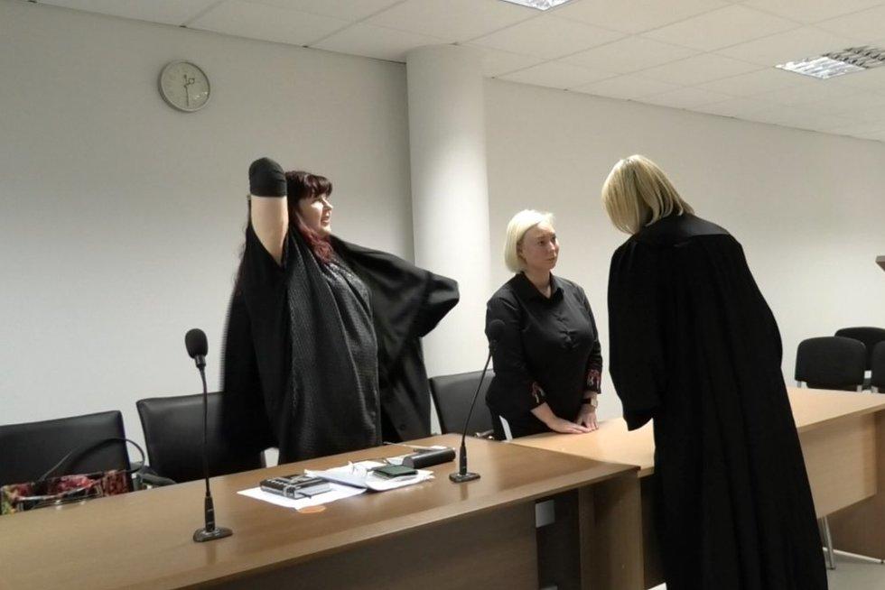 Apiplėšimą inscenizavusios kasininkės teismas (nuotr. stopkadras)