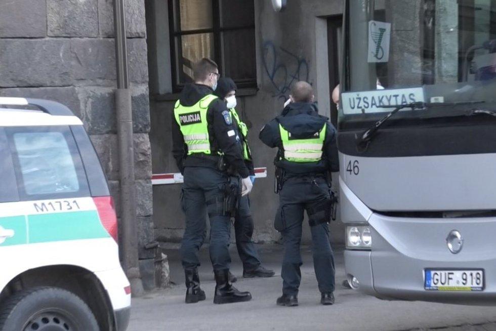 Lietuvių karantinas: šašlykai kompanijose, girtavimas ir baudos už 38 tūkst. (nuotr. stop kadras)
