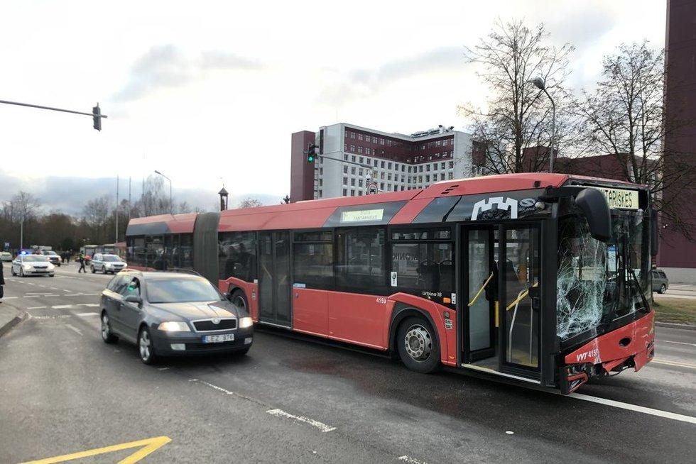 Vilniuje nevaldomas autobusas lėkė į stotelėje laukiančius žmones, vienos moters būklė – itin sunki (nuotr. TV3)