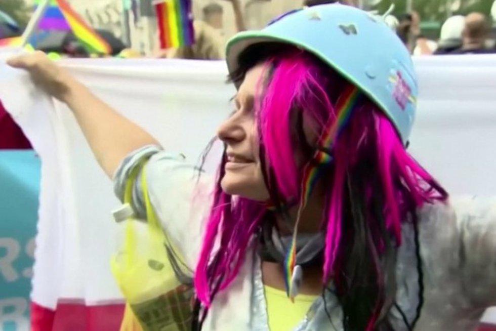 Smūgis LGBT bendruomenei: homoseksualioms poroms Lenkijoje uždrausta įsivaikinti (nuotr. stop kadras)