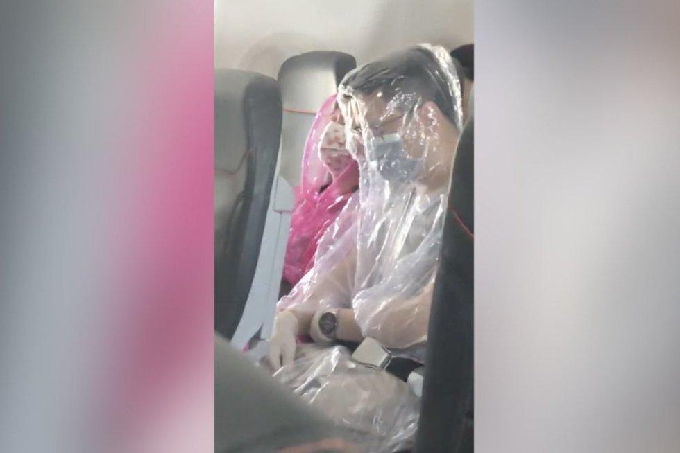 Nors griūk iš juoko: koronaviruso išsigandę lėktuvo keleiviai ėmėsi absurdiškų veiksmų (nuotr. stop kadras)