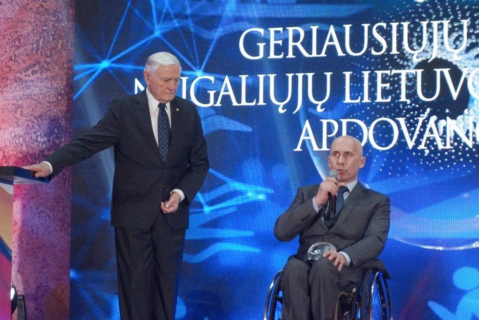 Prezidentas Valdas  Adamkus pirmąjį geriausiųjų 2018 m. neįgaliųjų sportininkų penketuko apdovanojimą įteikė Kęstučiui Skučui. Aldonos Milieškienės nuotr.