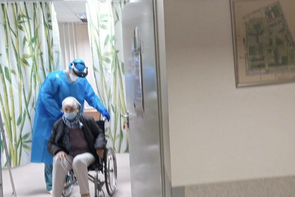 Kritiniu momentu mamą atvežusi Vilija: Šiaulių ligoninėje ši užrakinta, alakana, be vandens ir neprižiūrėta (nuotr. stop kadras)