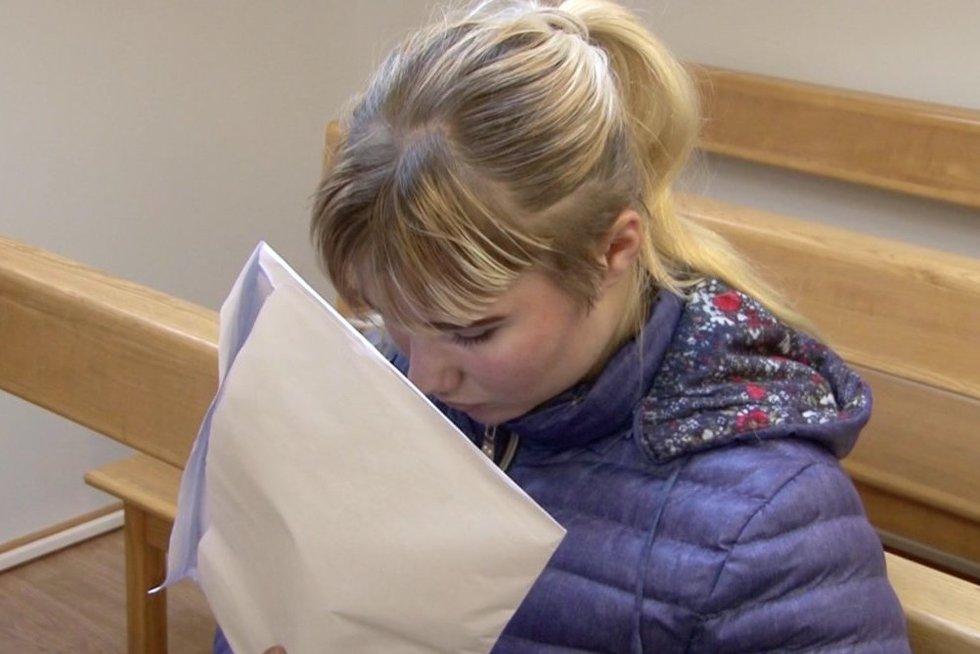 Į teismą atvesta 19-metė mama (nuotr. stop kadras)