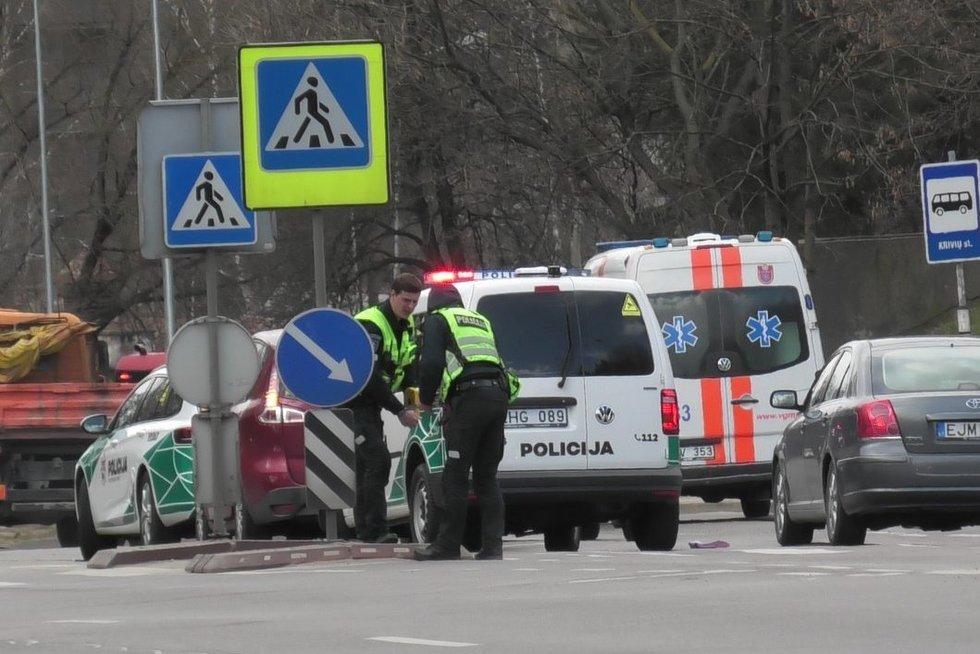 """Olandų gatvėje moters vairuojamas """"Renault"""" perėjoje parbloškė pėsčiąją (nuotr. Broniaus Jablonsko)"""