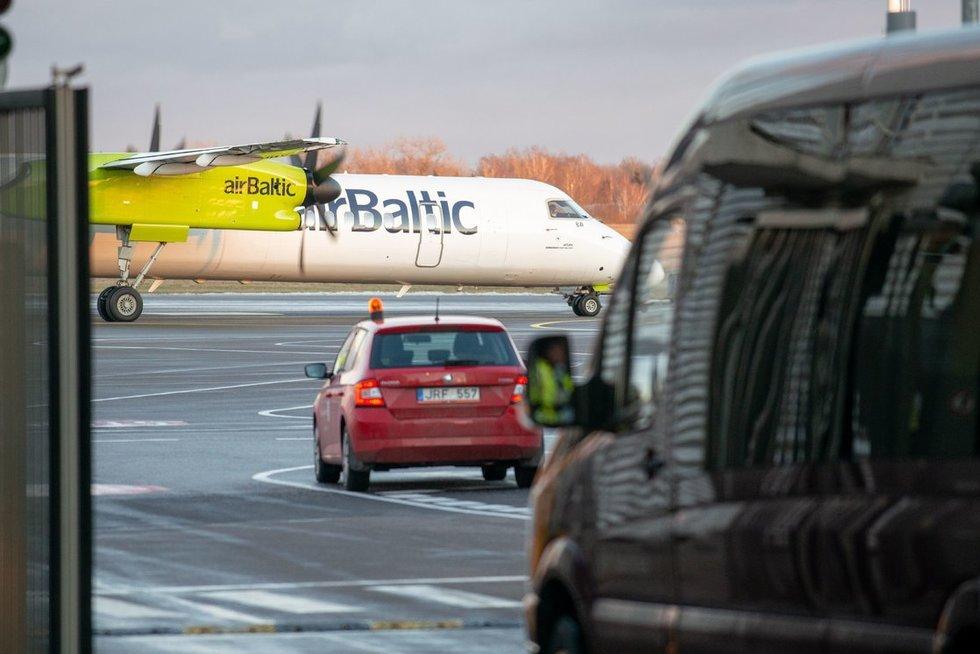 Tikrinamas lėktuvas Vilniaus oro uoste: pranešimai apie koronavirusą neigiami (nuotr. Fotodiena/Justino Auškelio)