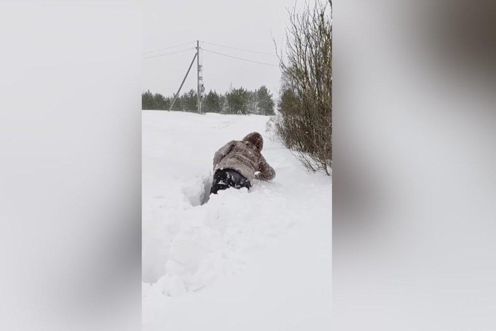 Internetą užkariauja įspūdingas lietuvių poros kelias namo: sniego – iki juosmens (nuotr. stop kadras)