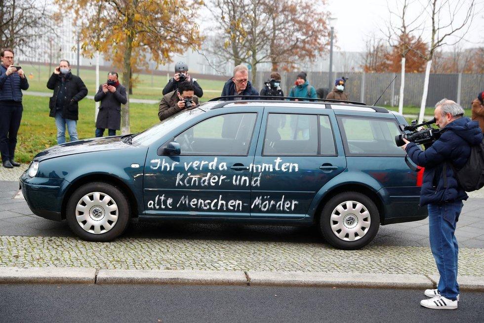 Į Merkel ofiso vartus įvažiavo automobilis (nuotr. SCANPIX)