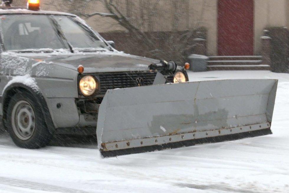 Klaipėdoje mokyklos ūkvedys sukonstravo neįtikėtiną sniego valymo automobilį (nuotr. stop kadras)