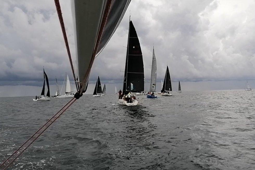Prestižinėje Rygos įlankos regatoje – konkurencija ir audringas vėjas su perkūnija (nuotr. stop kadras)