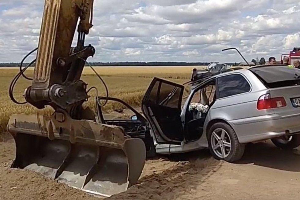 """Manoma, kad BMW vairuotojas galėjo būti neblaivus. Kad ir kaip būtų keista, bet neblaivus buvo ir ekskavatoriaus, į kurį trenkėsi BMW, vairuotojas. / """"Rinkos aikštės"""" TV stop kadras"""