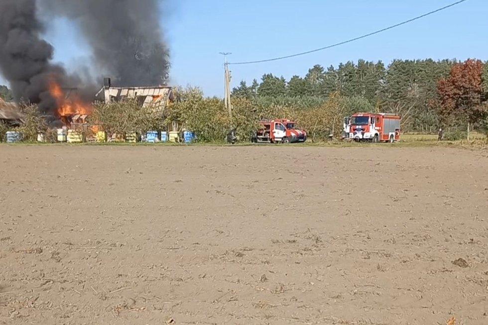 """Ugniagesiai vėlavo į gaisrą, nes sumaišė kaimus: """"Kitąkart tegu vyrai klauso, kur gaisras kilo"""" (nuotr. stop kadras)"""