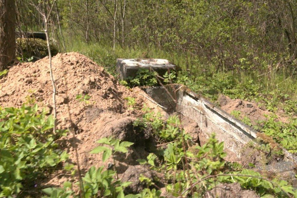 Išniekintos senos liuteronų kapinės: plėšikai čia ieškojo papuošalų ar brangenybių (nuotr. stop kadras)